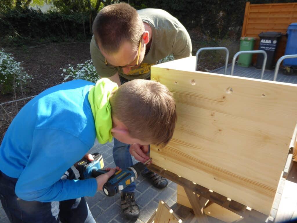 Wir haben einen Workshop zum Bau einer Wurmkiste bei David Witzeneder besucht. Söhnchen war voller Spaß dabei.