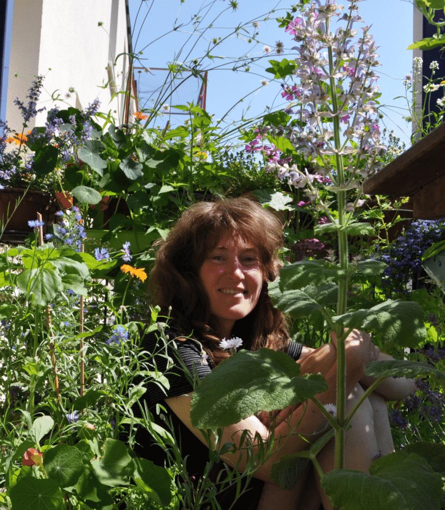 Stefanie liebt es, inmitten ihres pflegeleichten schön blühenden bienenfreundlichen Balkon zu sitzen und die Insekten zu beobachten und zu fotografieren.