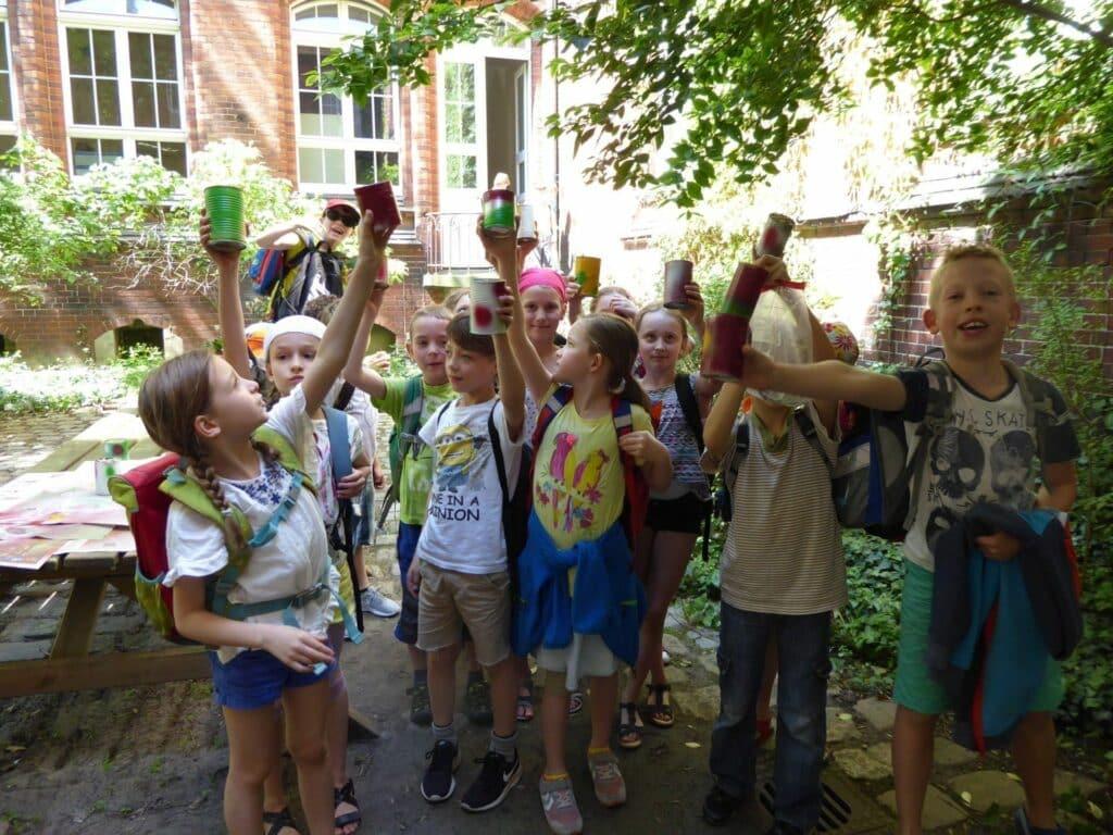 Ganz stolz sind die Kinder nach dieser Aktion: Insektennisthilfe basteln.