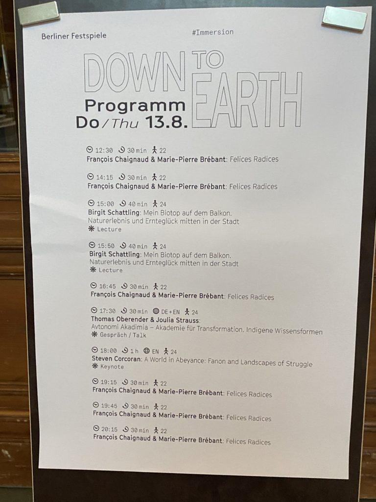 """Wie können wir den Modus, in dem wir arbeiten, uns ernähren, reisen oder Ausstellungen machen, nachhaltig verändern?""""Down to Earth"""" ist eine Ausstellung und zugleich ein Unplugged-Programm mit täglich wechselnden Live-Angeboten im Berliner Gropius Bau. Bio-Balkon Botschafterin Birgit Schattling spricht über biologisches Gärtnern auf dem Balkon."""