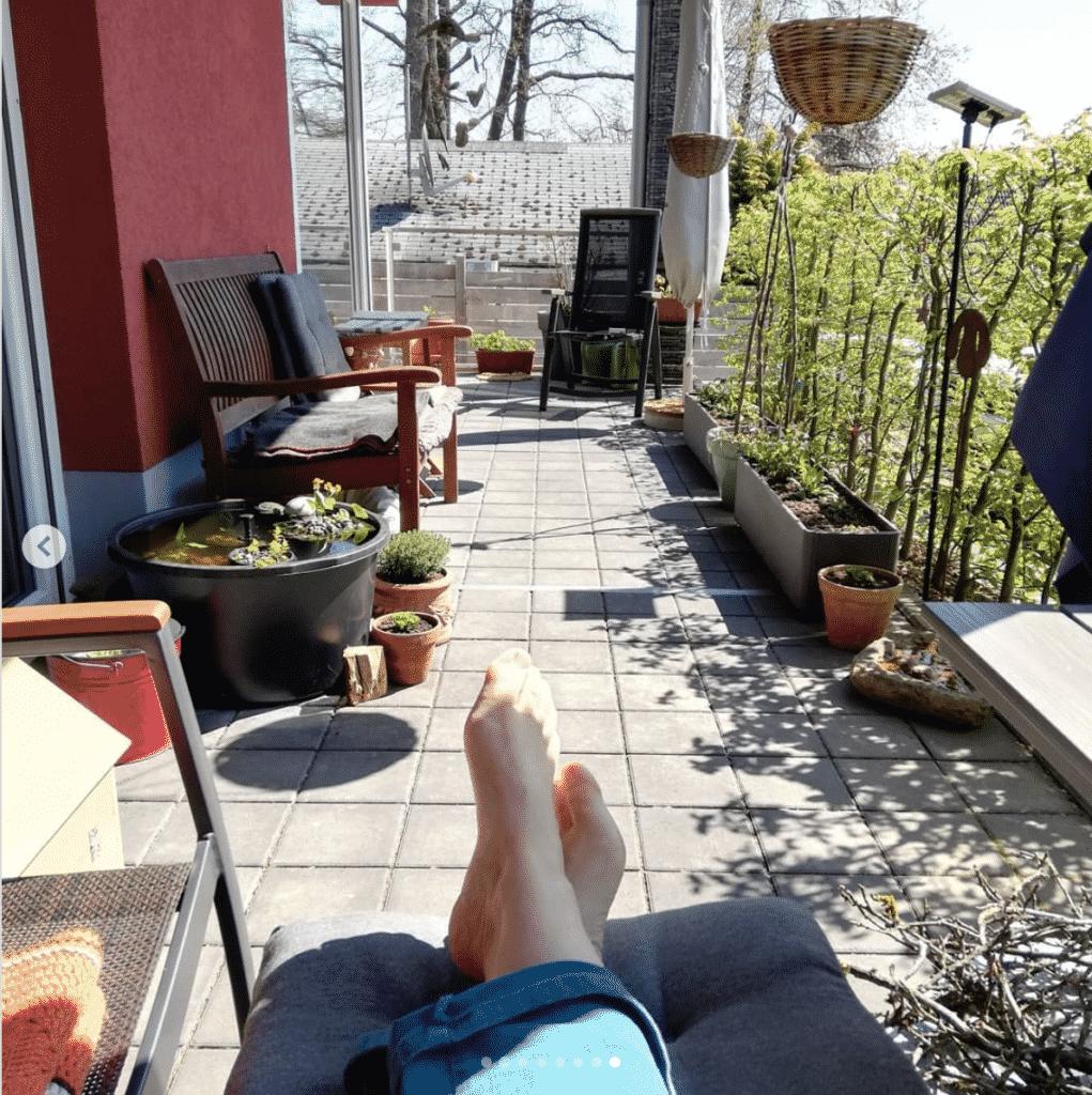 Dieser Mini-Teich bringt Urlaubs-Flair auf den Balkon.